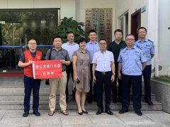 公司董事长张和辉为一线执法工作者捐赠防暑降温物资